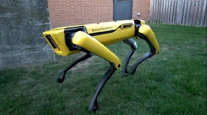 """人工智能发展迅猛!10个""""波士顿动力""""机器狗合力可拉动一辆卡车"""